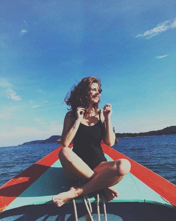Анна Цуканова-Котт фотография в купальнике на лодке