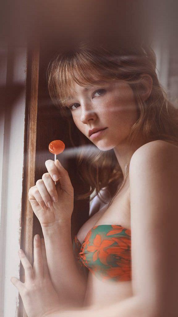 Хейли Беннетт фото в купальнике с конфетой