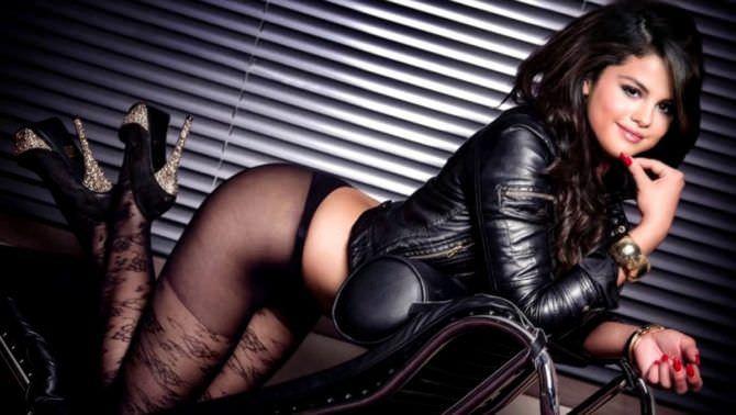 Селена Гомес фото в кожаной куртке