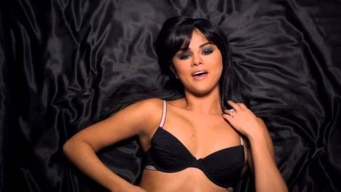 Селена Гомес кадр из клипа в белье