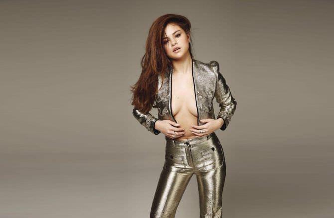 Селена Гомес фото в блестящем костюме