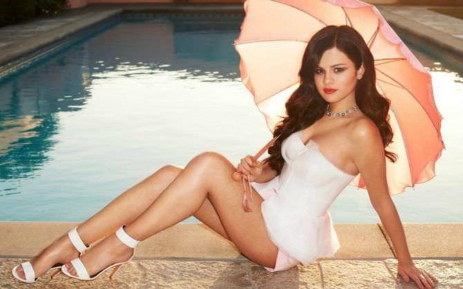 Селена Гомес фото в куплаьнике с зонтом