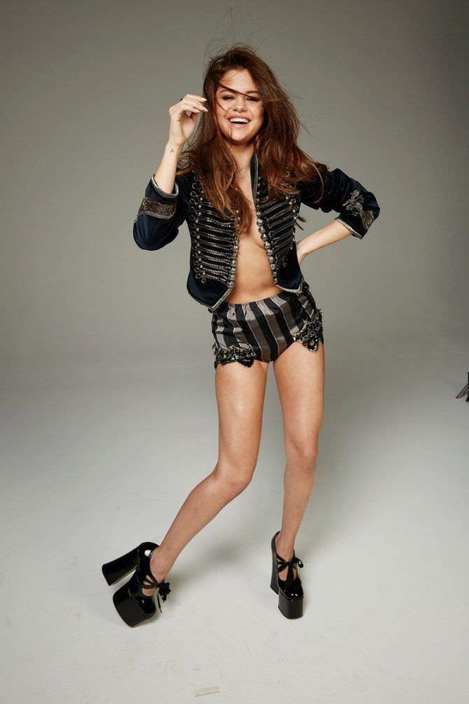 Селена Гомес фото в жакете и шортах