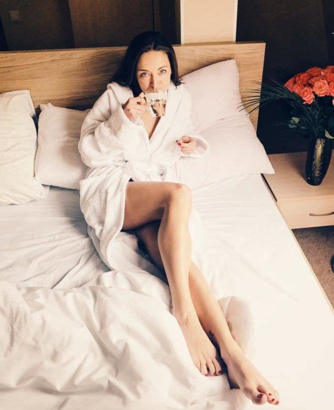 Серафима Низовская фото в халате на кровати