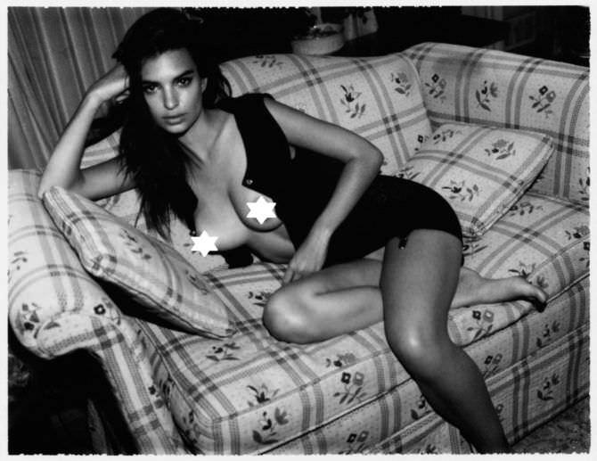 Эмили Ратаковски фото в кофте на кресле