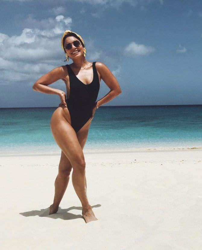 Ванесса Хадженс фотография в купальнике на пляже