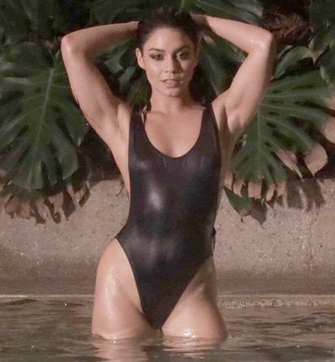 Ванесса Хадженс фотосессия в чёрном купальнике