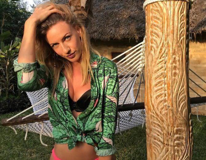 Леся Никитюк фото в зелёной рубашке