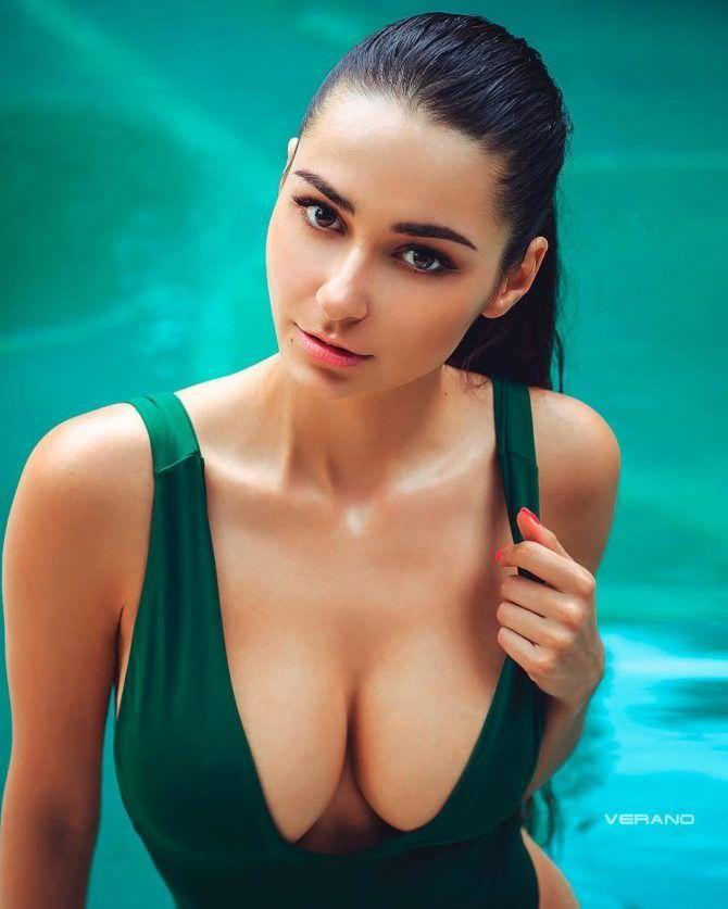 Хельга Ловкейти фото в зелёном купальнике
