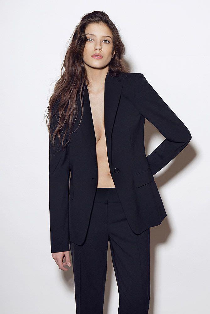 Анна Чиповская фотография в чёрном костюме