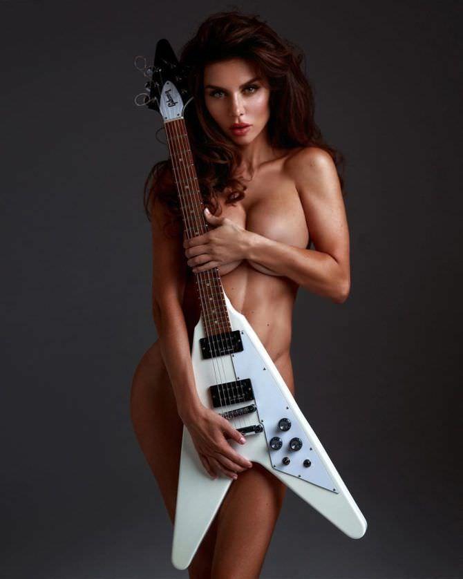Анна Седокова откровенное фото с гитарой