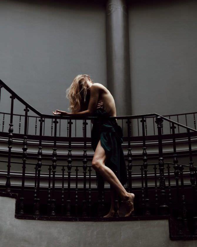 Дарья Мельникова фото с платьем на лестнице