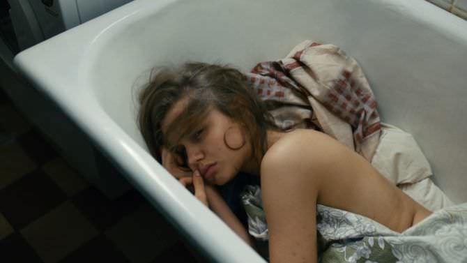 Дарья Мельникова кадр из фильма в ванне