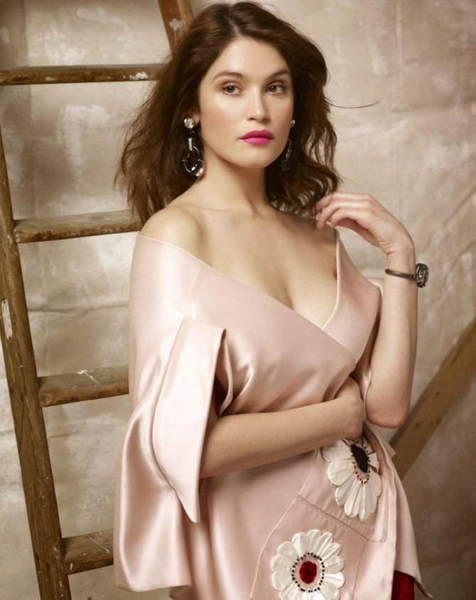 Джемма Артертон фото в шёлковой накидке