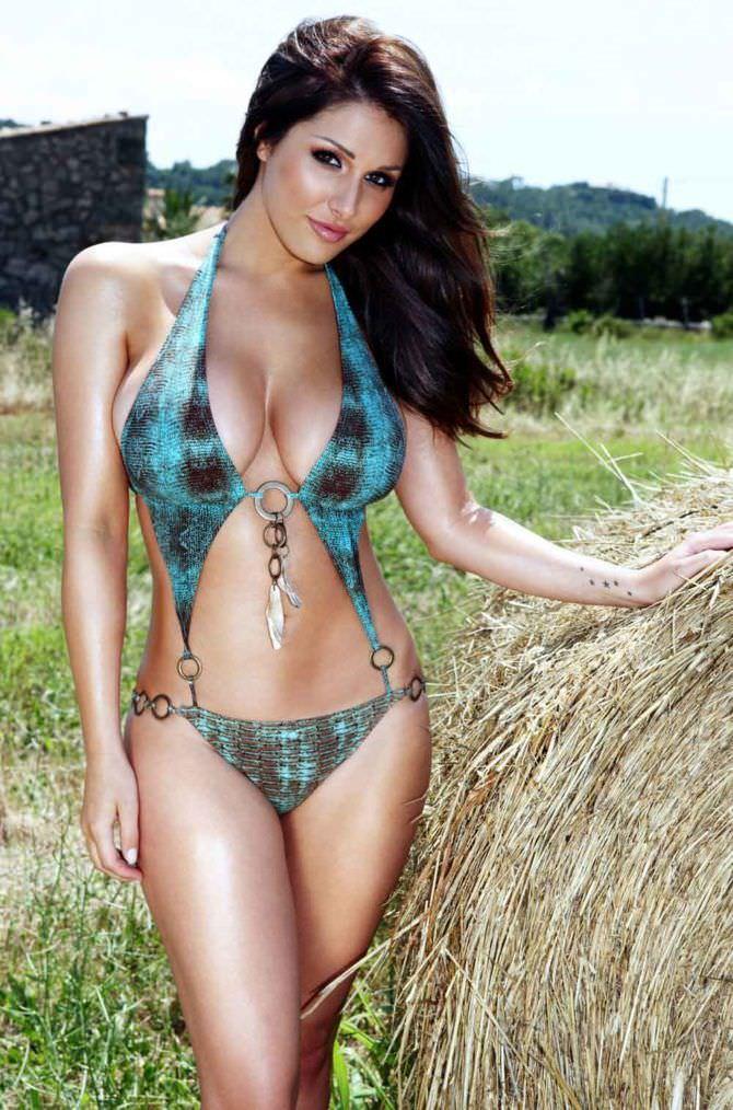 Люси Пиндер фото со стогом сена