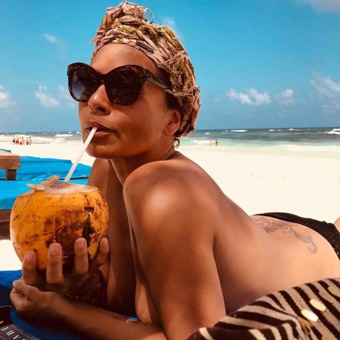 Наташа Хенстридж фотография на пляже