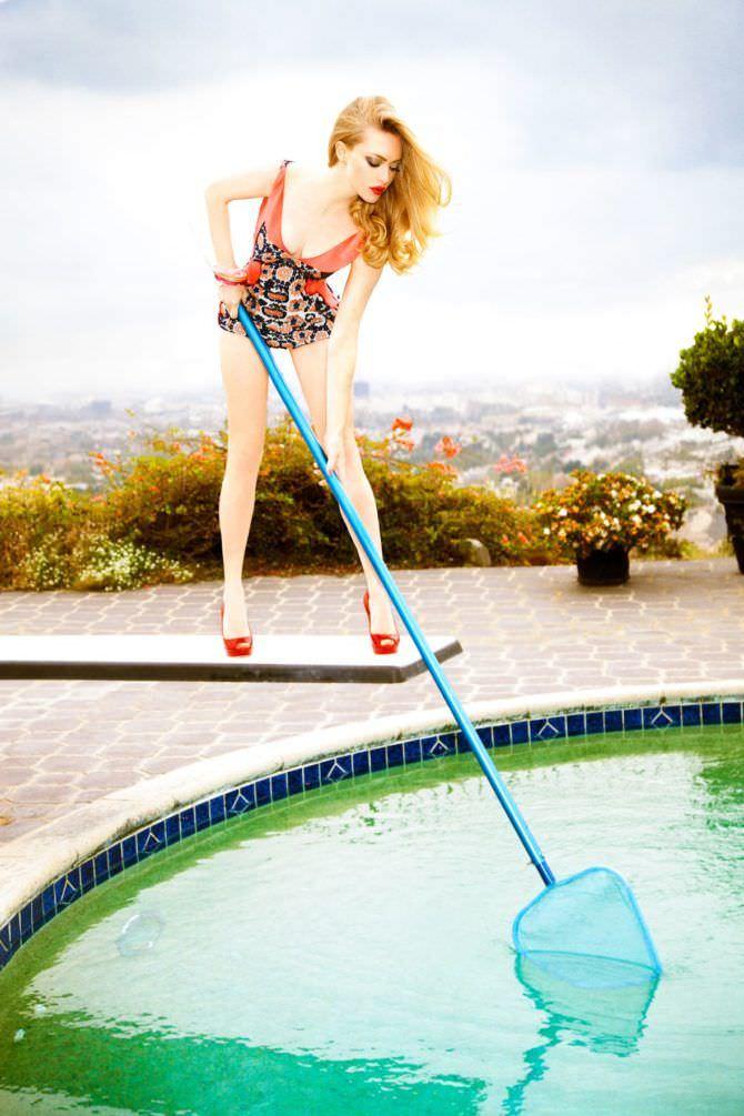 Аманда Сейфрид фото с сачком у бассейна