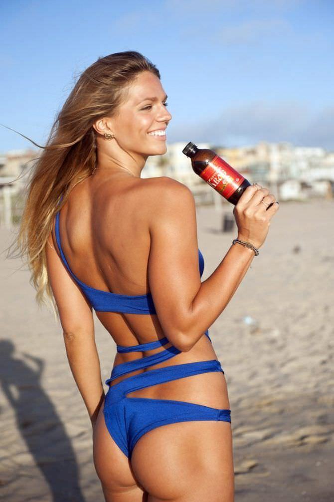 Юлия Ефимова фотография с бутылкой