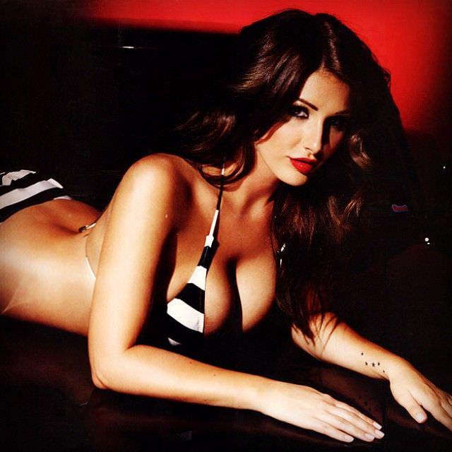 Люси Пиндер фотография в полосатом бикини