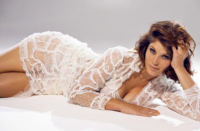 Джемма Артертон фото в белом платье