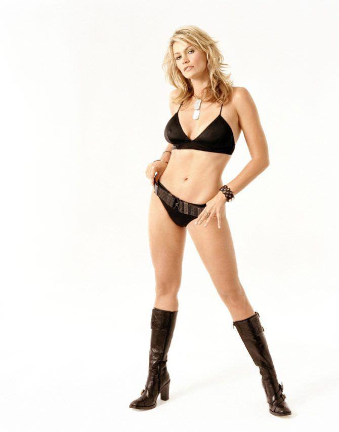 Наташа Хенстридж фото в чёрном бикини и сапогах