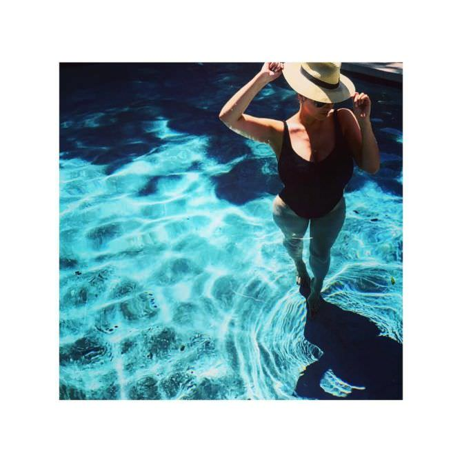 Люси Пиндер фото в шляпе и купальнике