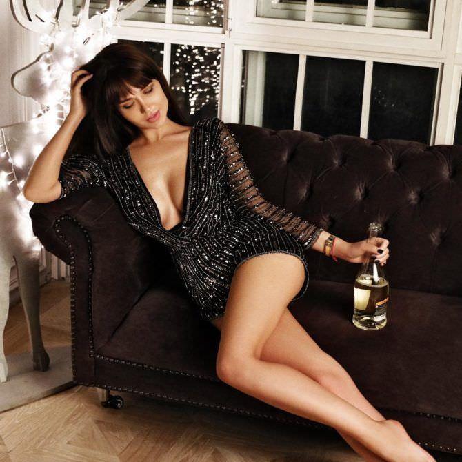 Мария Лиман фото на диване с бутылкой