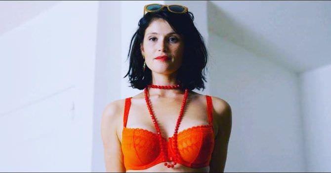Джемма Артертон фото в оранжевом белье