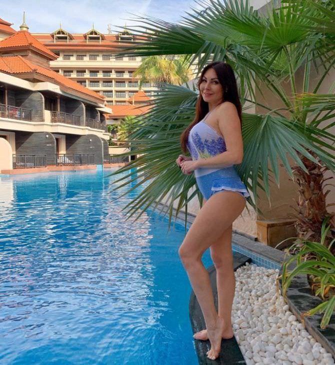Наталья Бочкарева фотография у бассейна в шортах