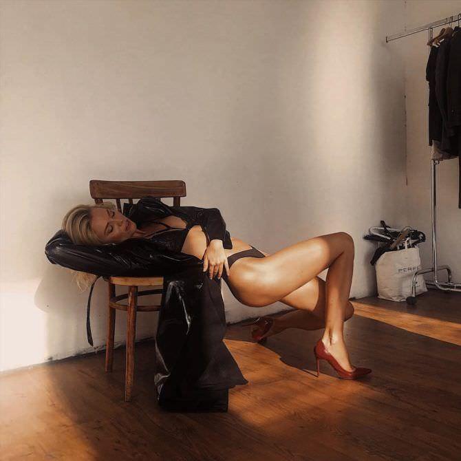 Елена Чернявская фото в плаще