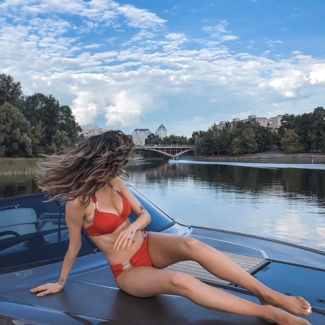 Надежда Дорофеева на катере