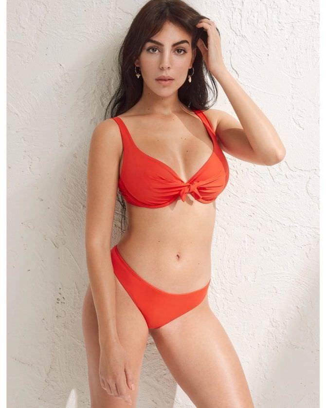Джорджина Родригес в красном купальнике 2019 год