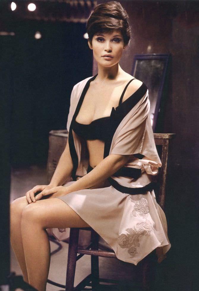 Джемма Артертон фотов халатике