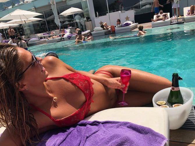 Юлия Ефимова фото в красном купальнике