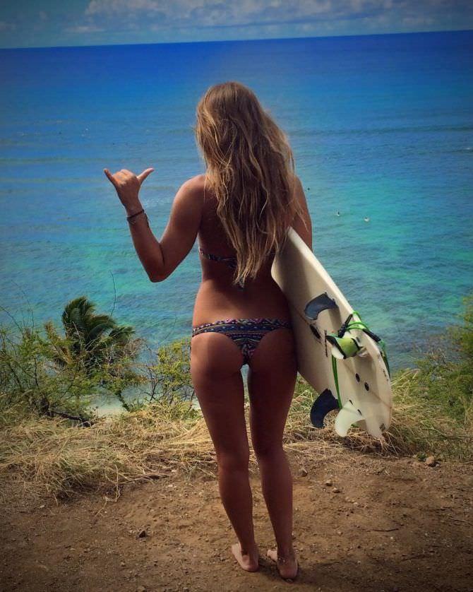 Юлия Ефимова фотография с доской для сёрфа