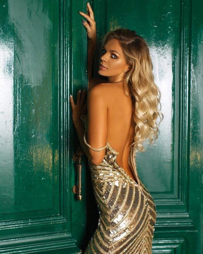 Юлия Ефимова фото в золотом платье