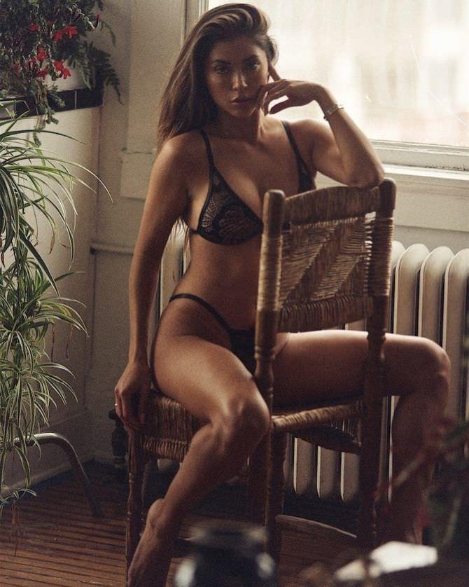 Арианни Селесте фотосессия в белье на стуле