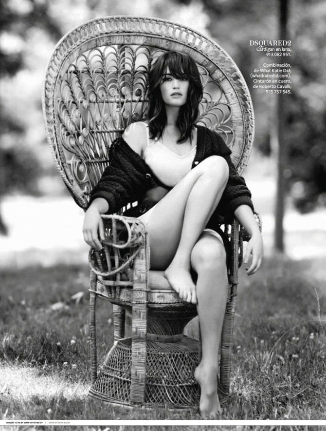 Джемма Артертон фотография в плетённом кресле