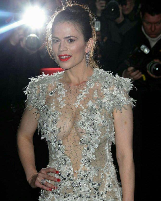 Хейли Этвелл фото в откровенном платье