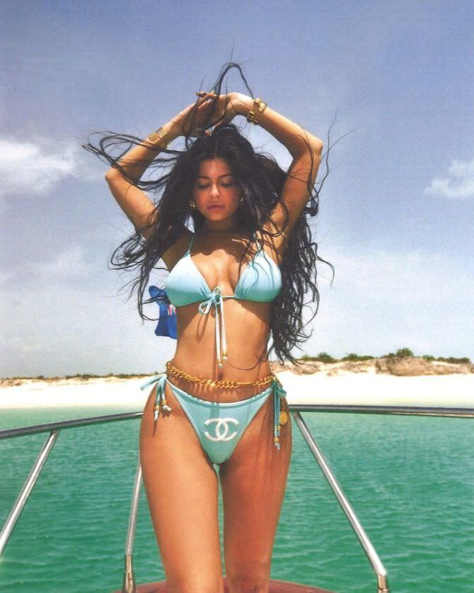 Кайли Дженнер в купальнике на яхте