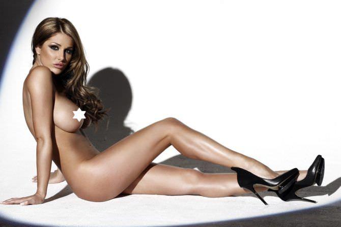 Люси Пиндер фото в туфлях без одежды