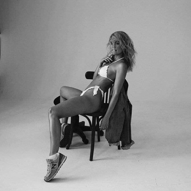 Елена Чернявская фото в бикини на стуле