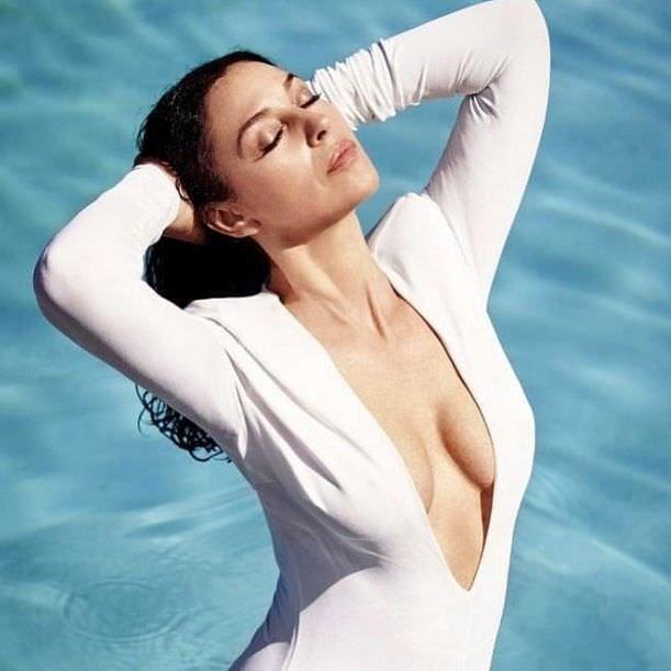 Моника Беллуччи в белом платье с глубоким декольте