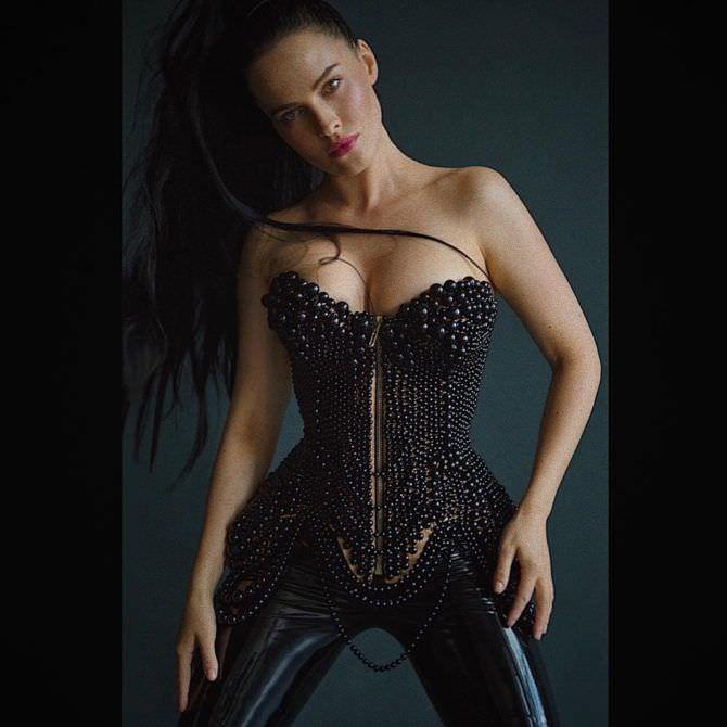 Даша Астафьева фотография в черном корсете