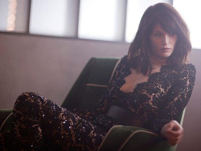 Джемма Артертон фото в чёрном кружевном платье