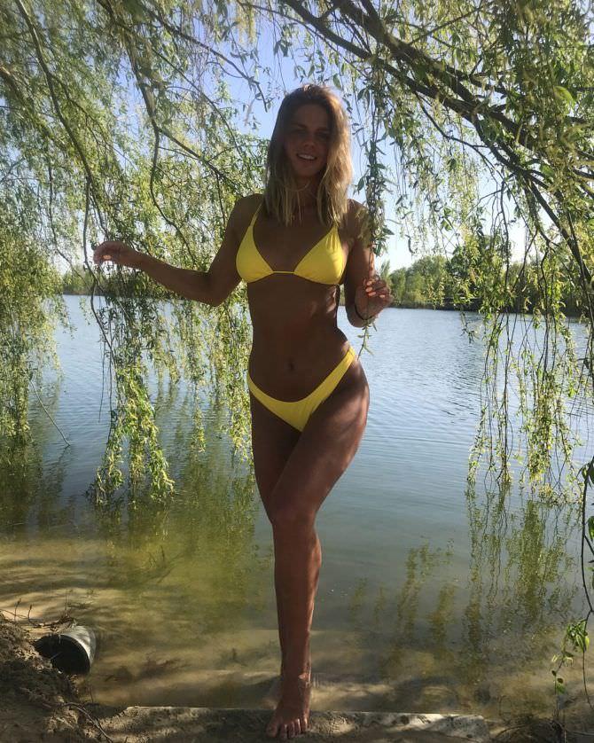 Юлия Ефимова фотография в жёлтом купальнике