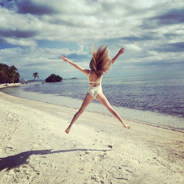 Аманда Сейфрид фото на пляже в купальнике