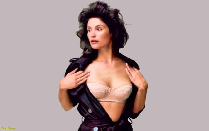 Джемма Артертон фотосессия в белье и куртке