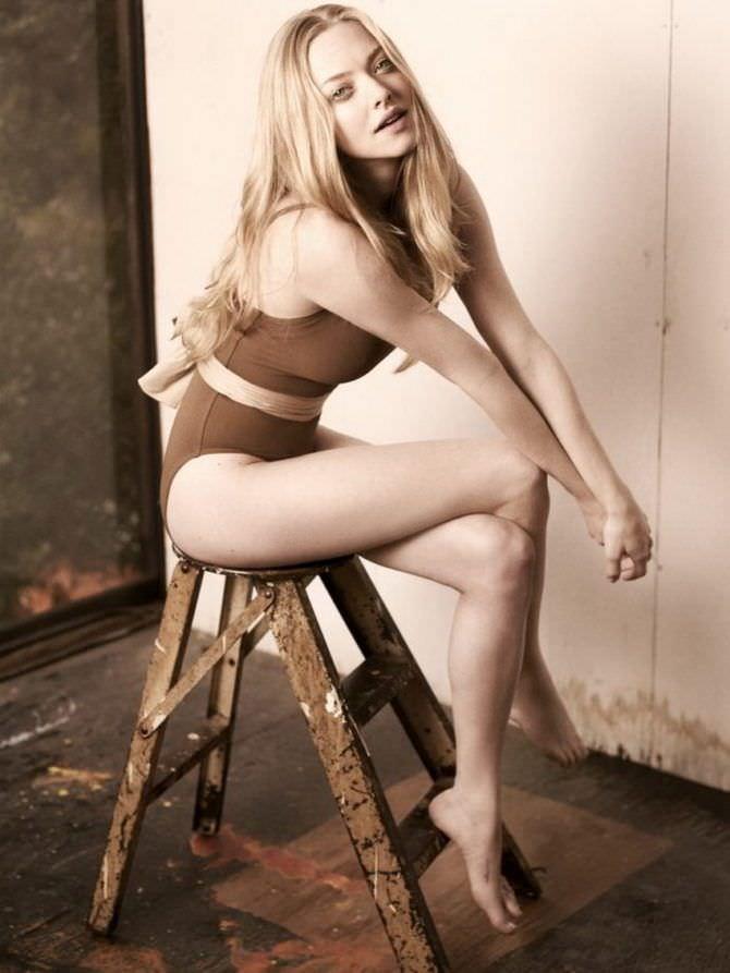 Аманда Сейфрид фото на стуле