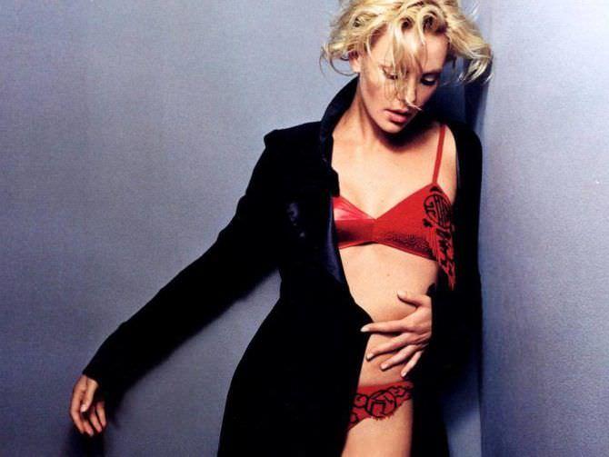 Шарлиз Терон фотография в красном белье